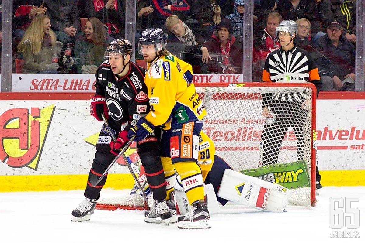 Rony Ahonen piti Ässien Josh Grattonin kurissa.