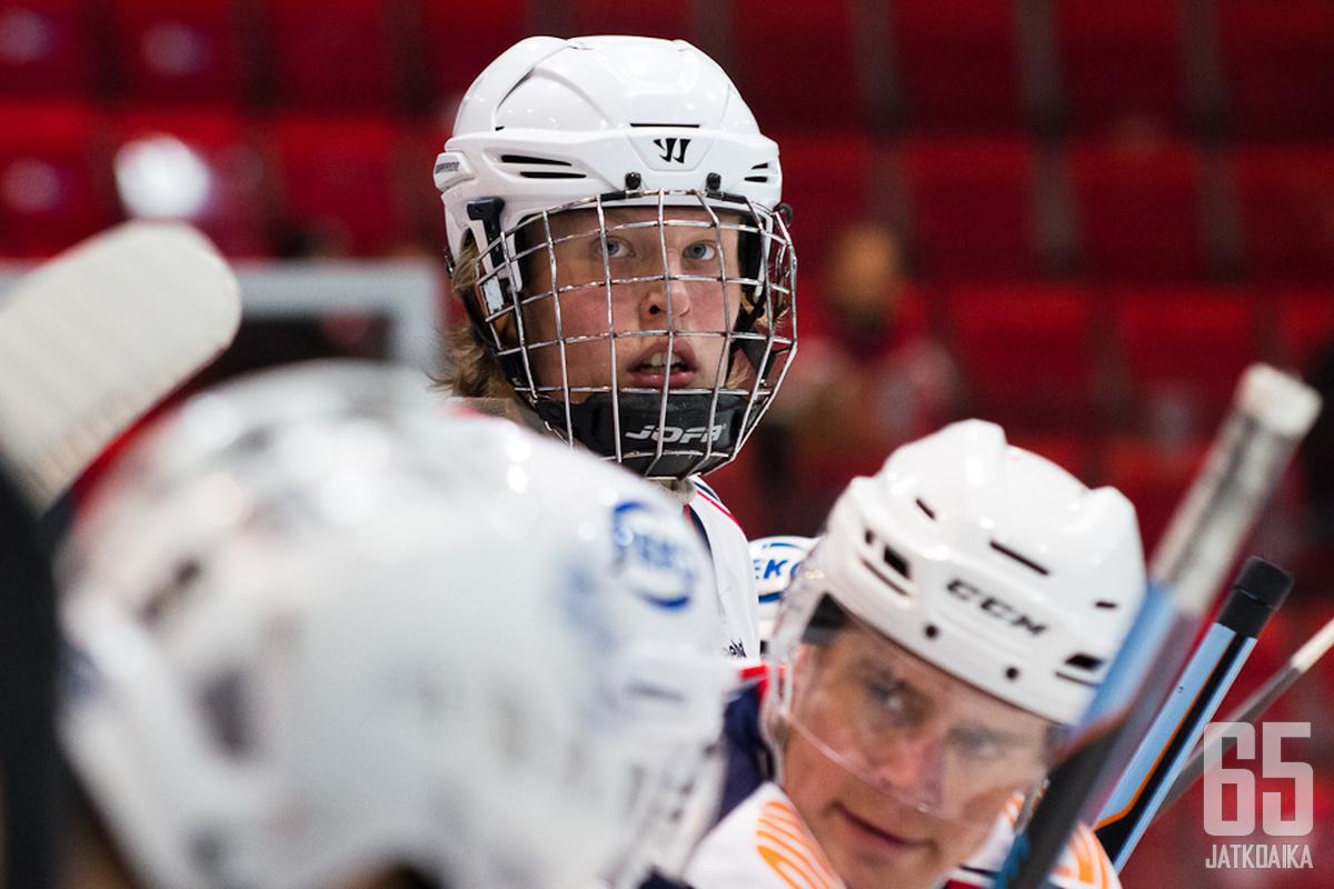 Häkkipäinen Patrik Laine haki Lempäälästä oppia NHL-maalitykin uralle.