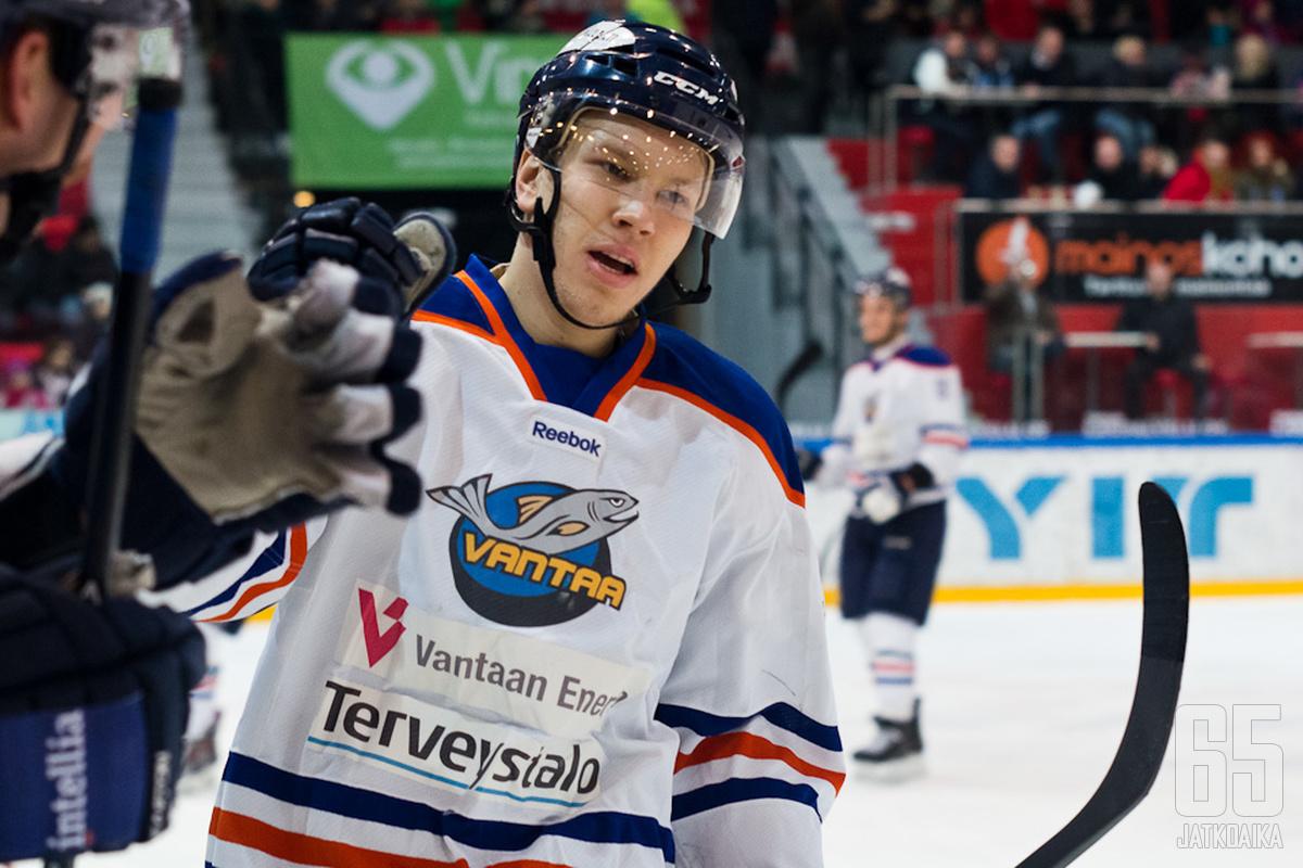 Aleksi Järvinen pelaa myös ensi kaudella Kiekko-Vantaassa.