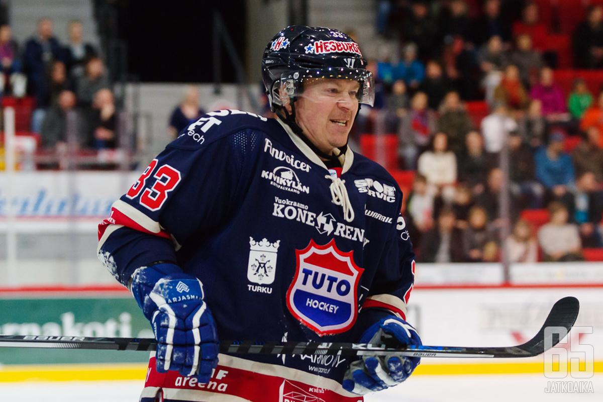 Maailmanmestari Petteri Nummelin nähtiin myöhempinä aikoina Mestis-jäillä.