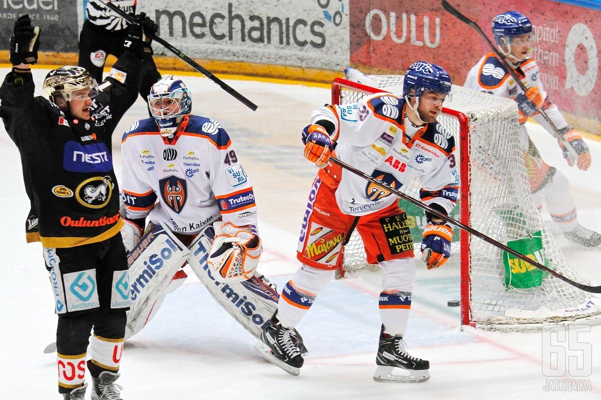 Oululaisten kultakypärä Julius Junttila oli myös mukana Kärppien toisessa osumassa.
