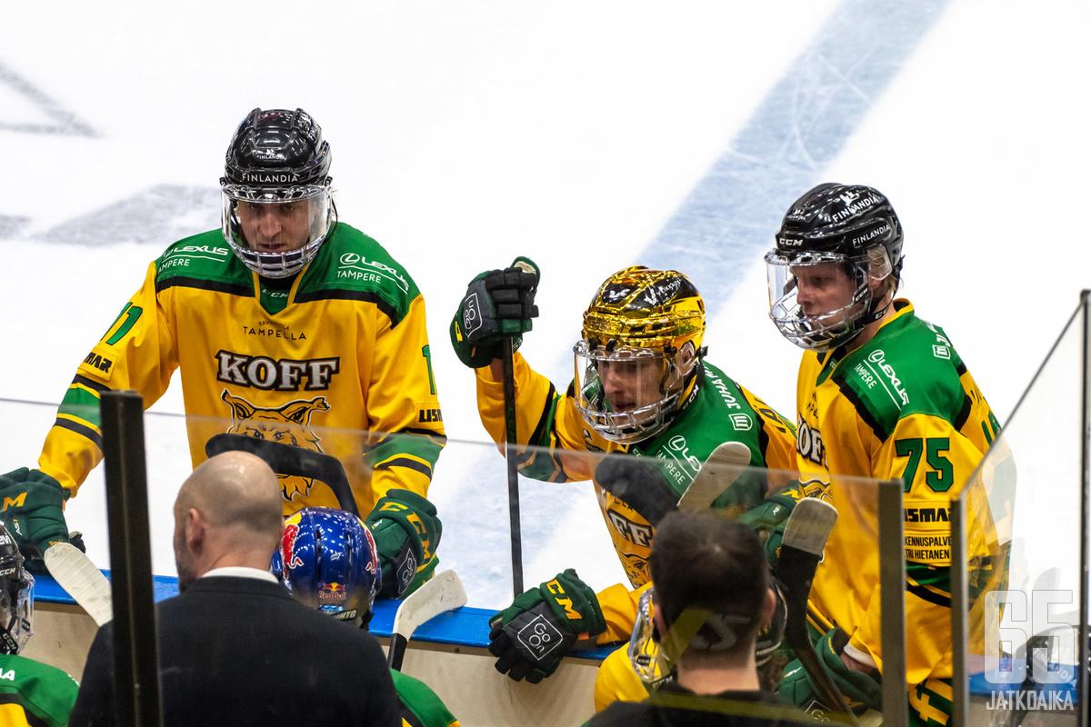 Eemeli Suomi (keskellä) kipparoi Ilveksen kohti pudotuspelejä.