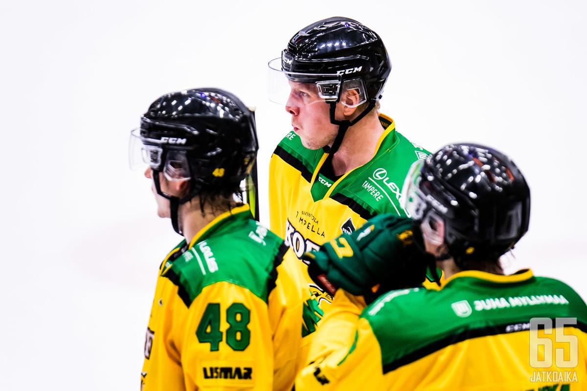 Ilveksen Teemu Lepaus (keskellä) nautti perjantaina paikallispelivoitosta täydessä Hakametsässä.