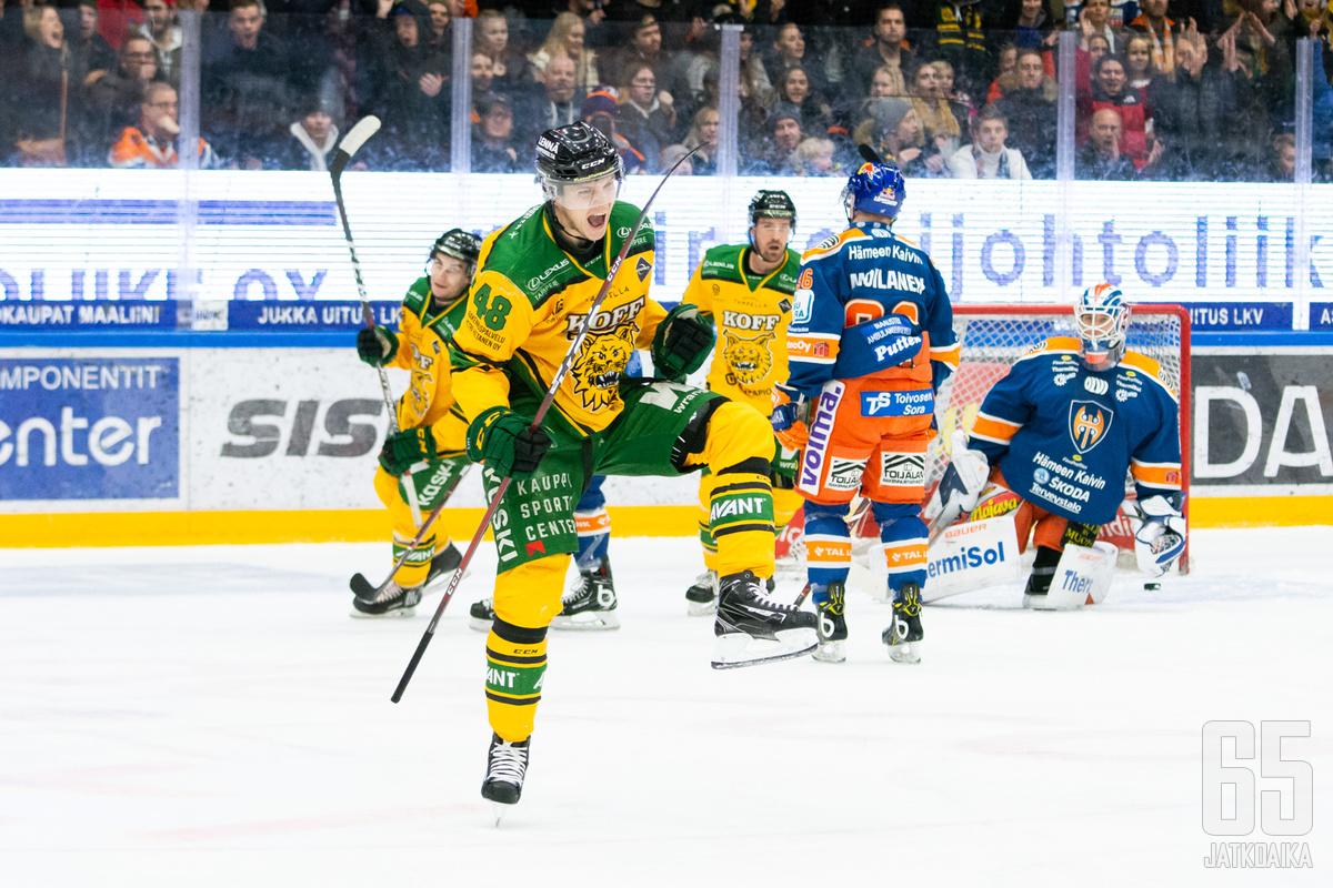 Joose Antonen tuuletti villisti ottelun avausmaalia.