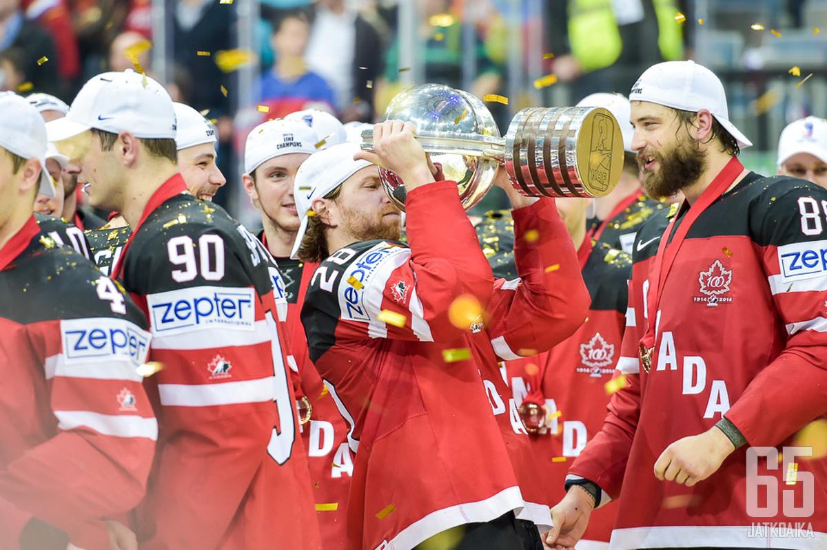 Jason Spezza (numero 90) juhli maailmanmestaruutta railakkaasti muun joukkueen mukana.