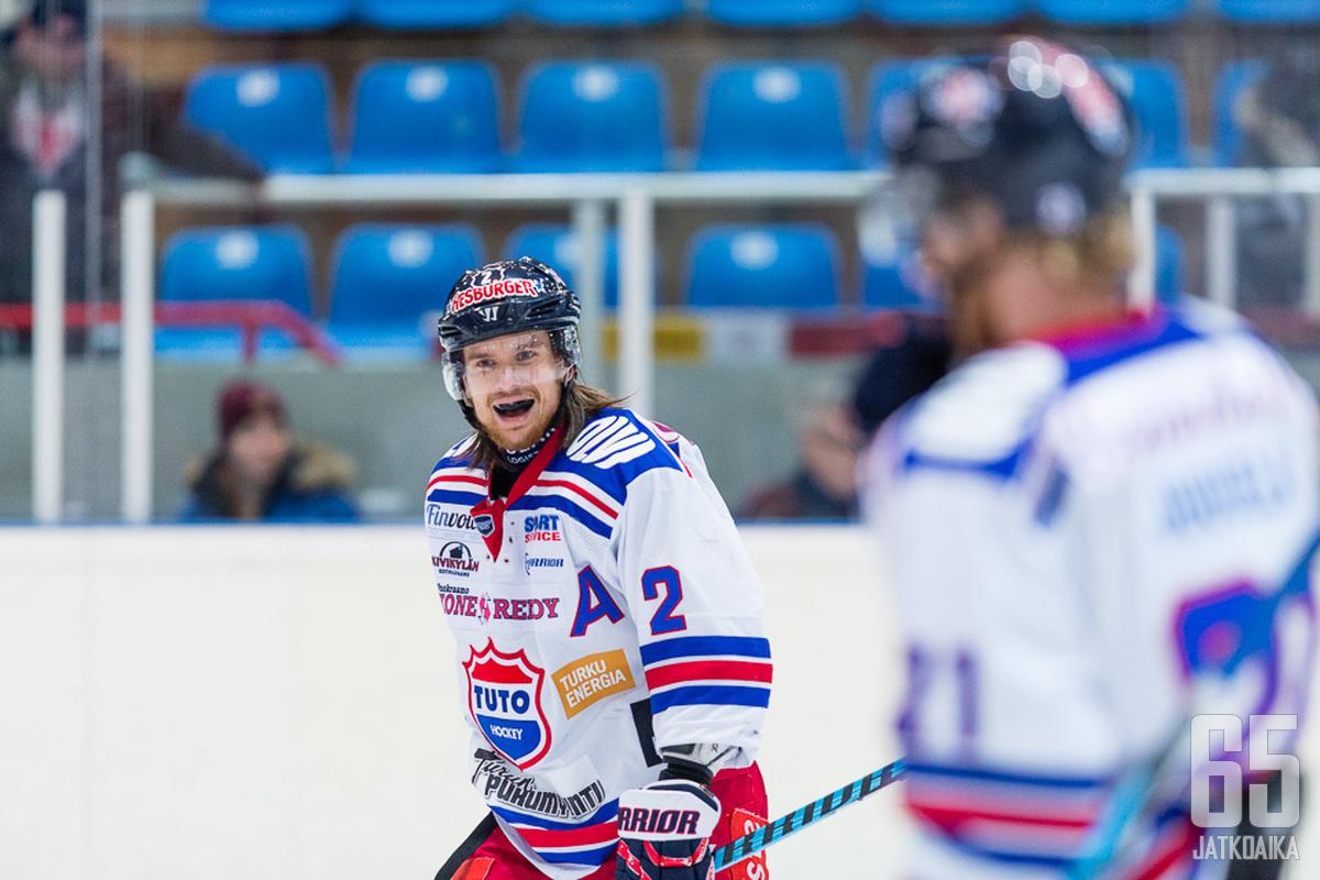 Kristian Tuohilampi auttaa porilaista puolustajavajetta.