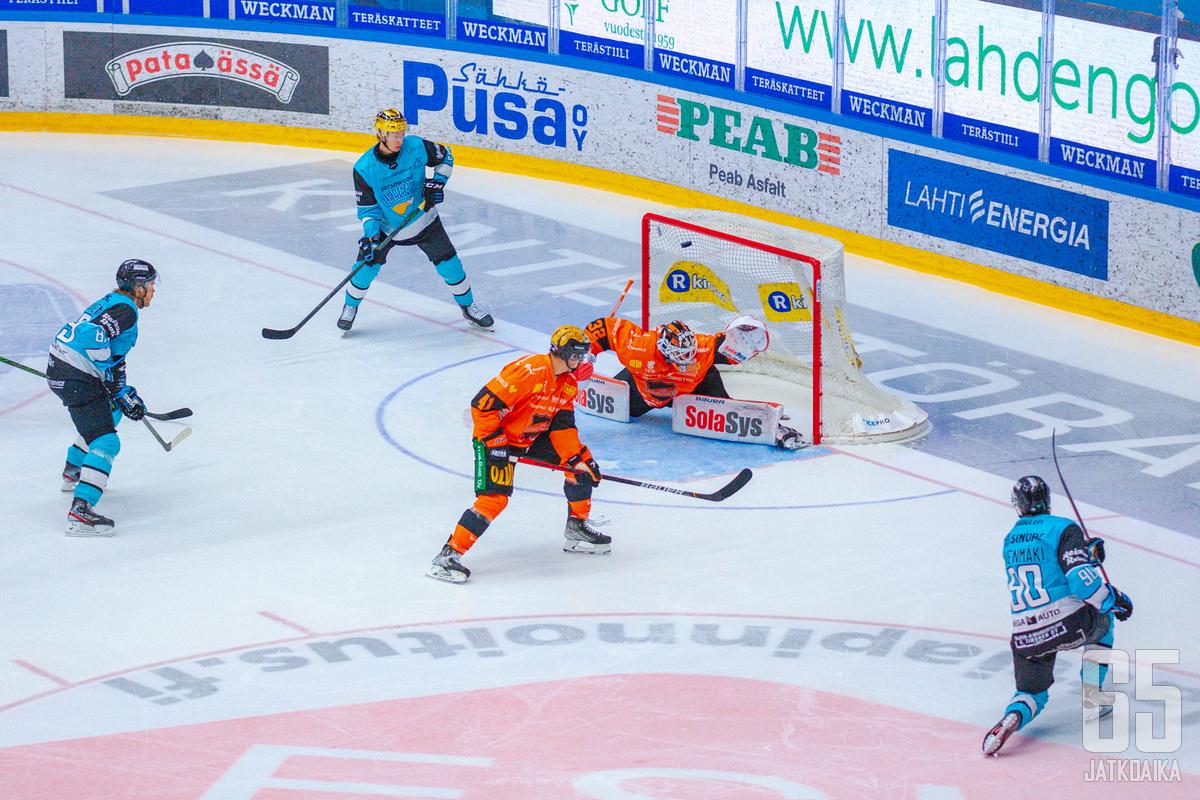 Otto Kivenmäki iski ensimmäisen maalinsa Pelicansin paidassa Oskari Setäsen selän taakse. Samalla loppunumeroiksi 2-0