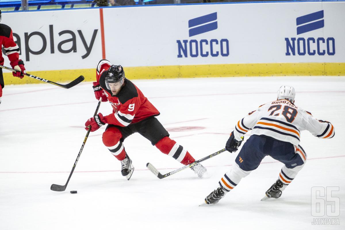 Taylor Hallin vaihto Adam Larssoniin aiheutti kohun kesällä 2016. Devils-paidassa Hall ehti meritoitua Hart-voittajaksi ennen siirtoaan Coyotesiin tänä syksynä.
