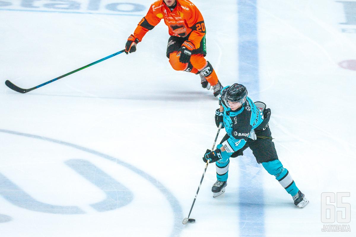 Iikka Kangasniemi päätyi illan ottelussa ketjuruletin kohteeksi.
