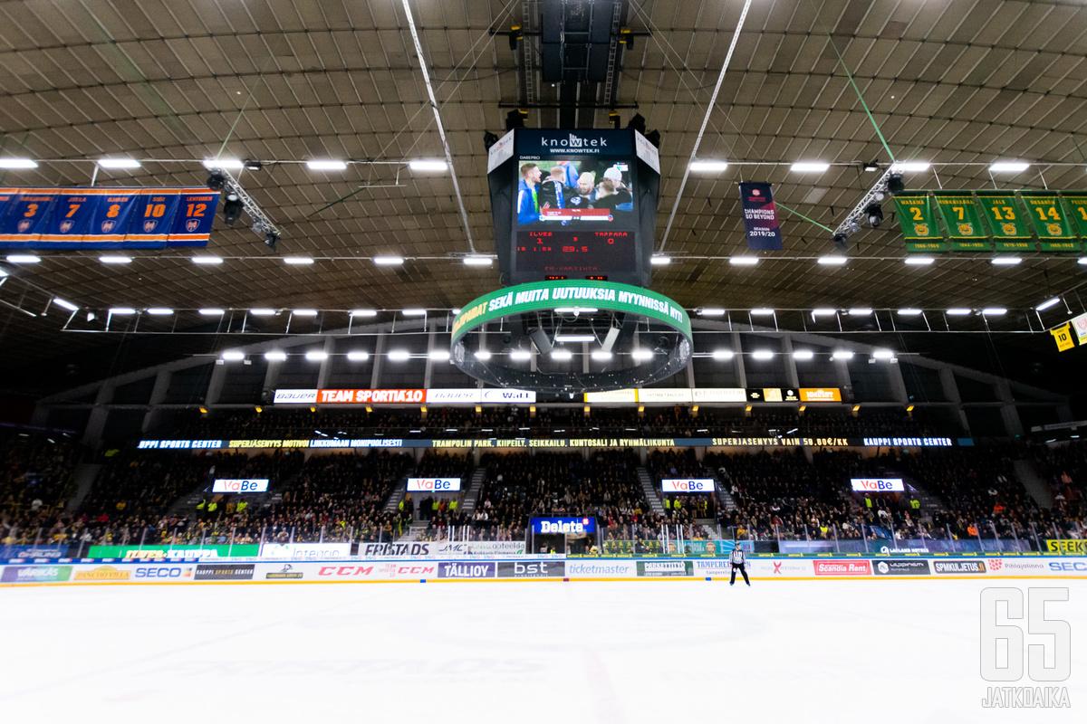 Suomen EM-kisapaikan ratkaissutta ottelua saattoi seurata esimerkiksi Tampereen paikallispelissä.