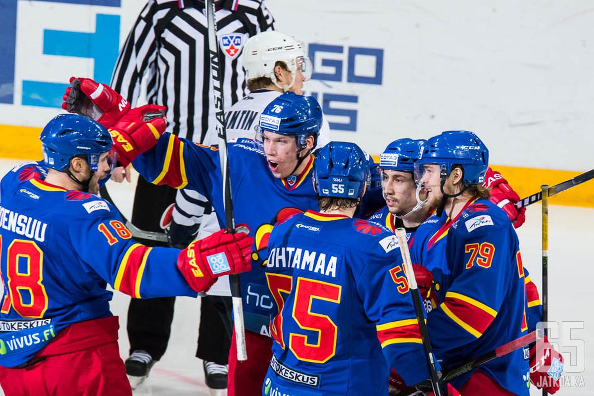 Atte Ohtamaa ja Jesse Joensuu pääsivät juhlimaan maalia myös illan kamppailussa.