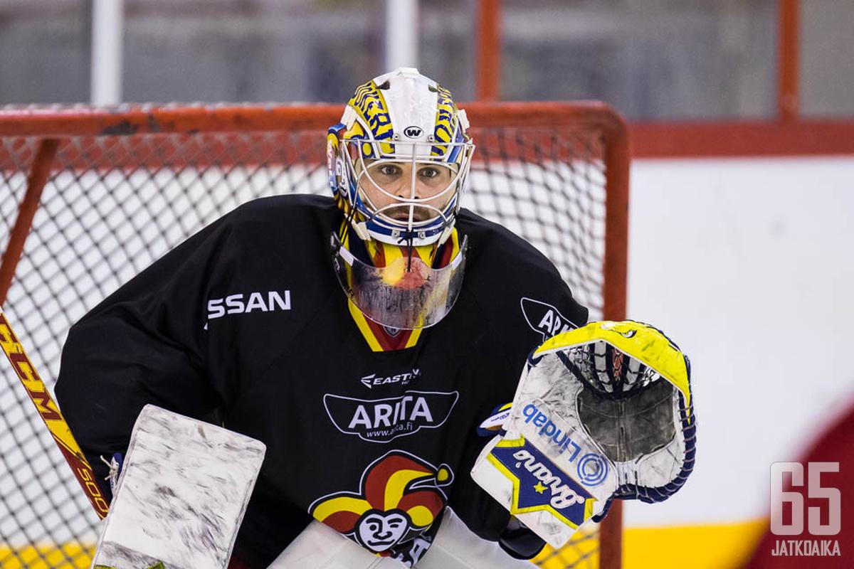 Ryan Zapolski yrittää täyttää Henrik Karlssonin aukon Jokereiden maalilla.