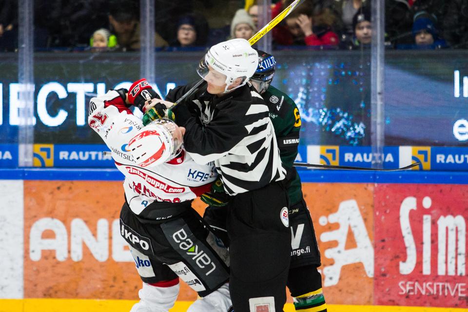 Matti Lamberg (vasemmalla) ei kaihda kamppailutilanteita.
