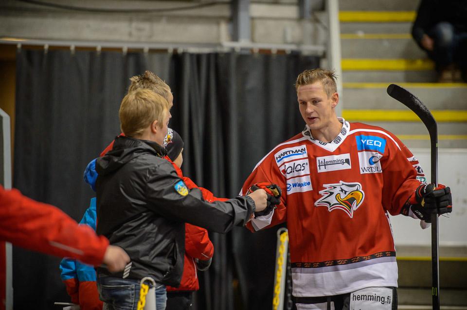 Tallberg tervehti nuoria Sport-faneja.