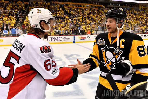 Sidney Crosby ja Erik Karlsson olivat setsemännen ottelun näkyvimpiä pelaajia.