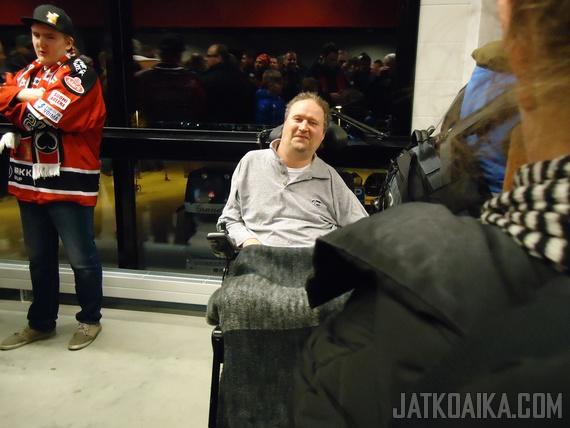 Hyväntuulinen Jaroslav Otevrel tapasi kannattajia erätauon aikana.