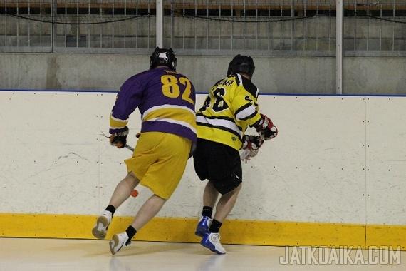 Box- eli sisälacrossessa pelinopeus ja fyysisyys korostuvat normaaliin lacrosseen verrattuna. Kuva Lahti Box-Monkeysin ja Littoisten Työväen Urheilijoiden välisestä ottelusta toukokuulta 2013.