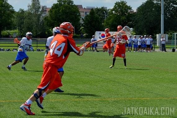 Lacrossepelaajan tärkeimpiä ominaisuuksia on hyvä mailankäsittelytaito. Kuva toissa kesän lacrossen nuorten maailmanmestaruuskisoista.