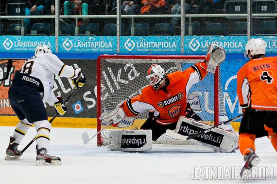Juuse Saros torjui tällä kaudella HPK:n A-nuoret Suomen mestareiksi.