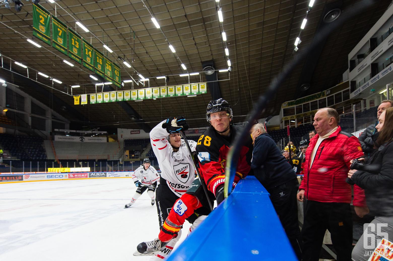 Peliittojen Lauri Heino ja KOOVEEn Alex Hukki kävivät omaa taisteluaan keskialueella.