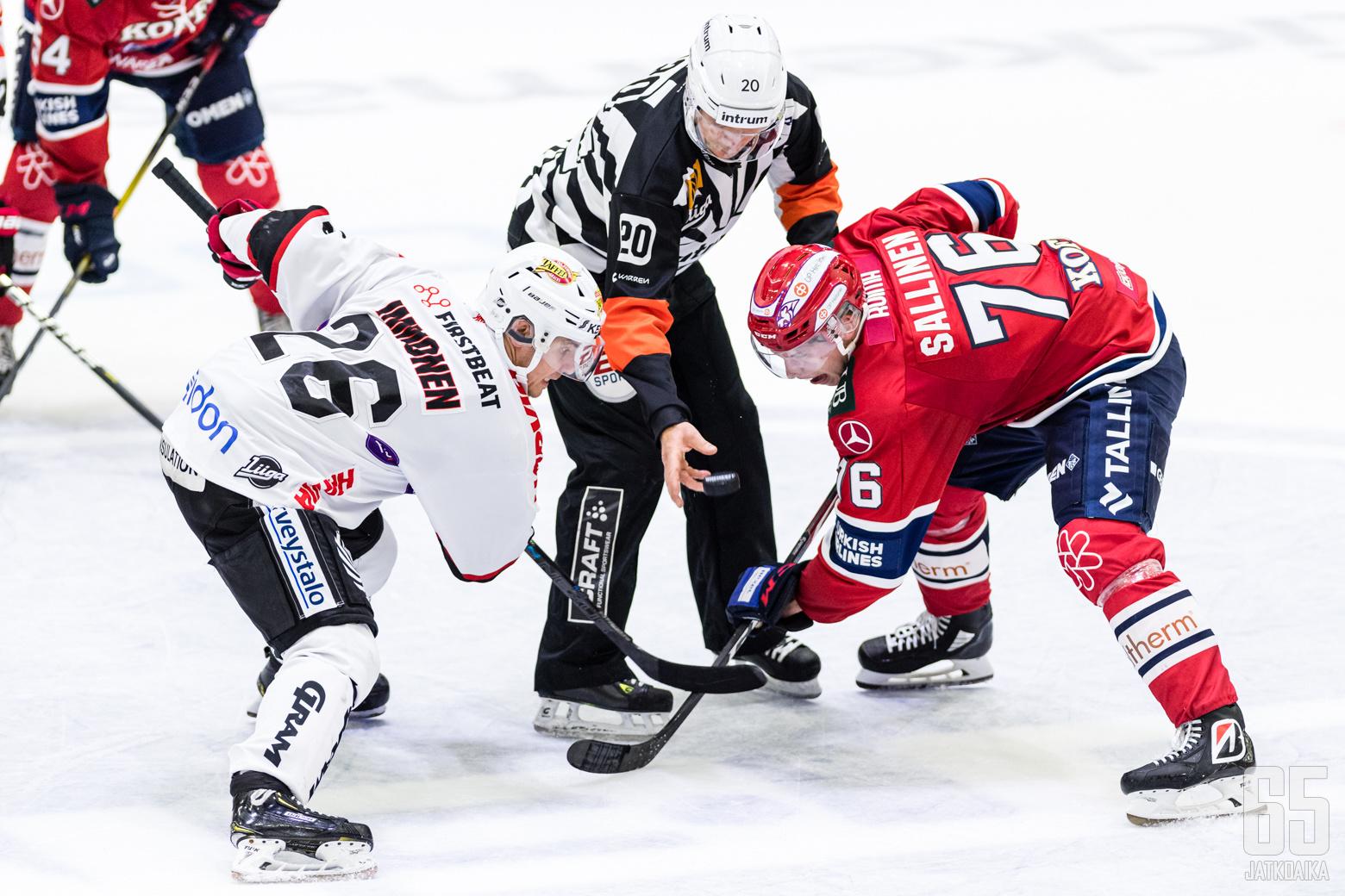 JYPin Jarkko Immonen (26) ja HIFK:n Jere Sallinen (76) Liigan runkosarjaottelussa HIFK - JYP, Helsingin jäähallissa, 18. syyskuuta 2019.