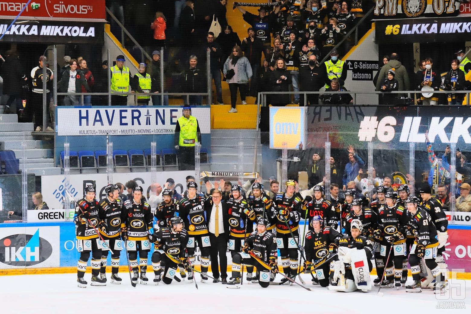 Ilkka Mikkola poseerasi joukkueen ja kannattajien kanssa.