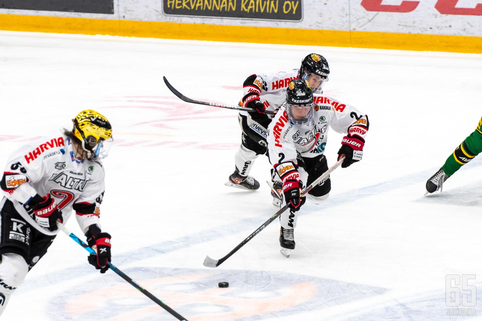 Robert Rooba (vas.) ja Valtteri Kakkonen eivät kuuluneet pöytäkirjan mukaan samaan ketjuun, mutta se ei estänyt peliä kulkemasta.