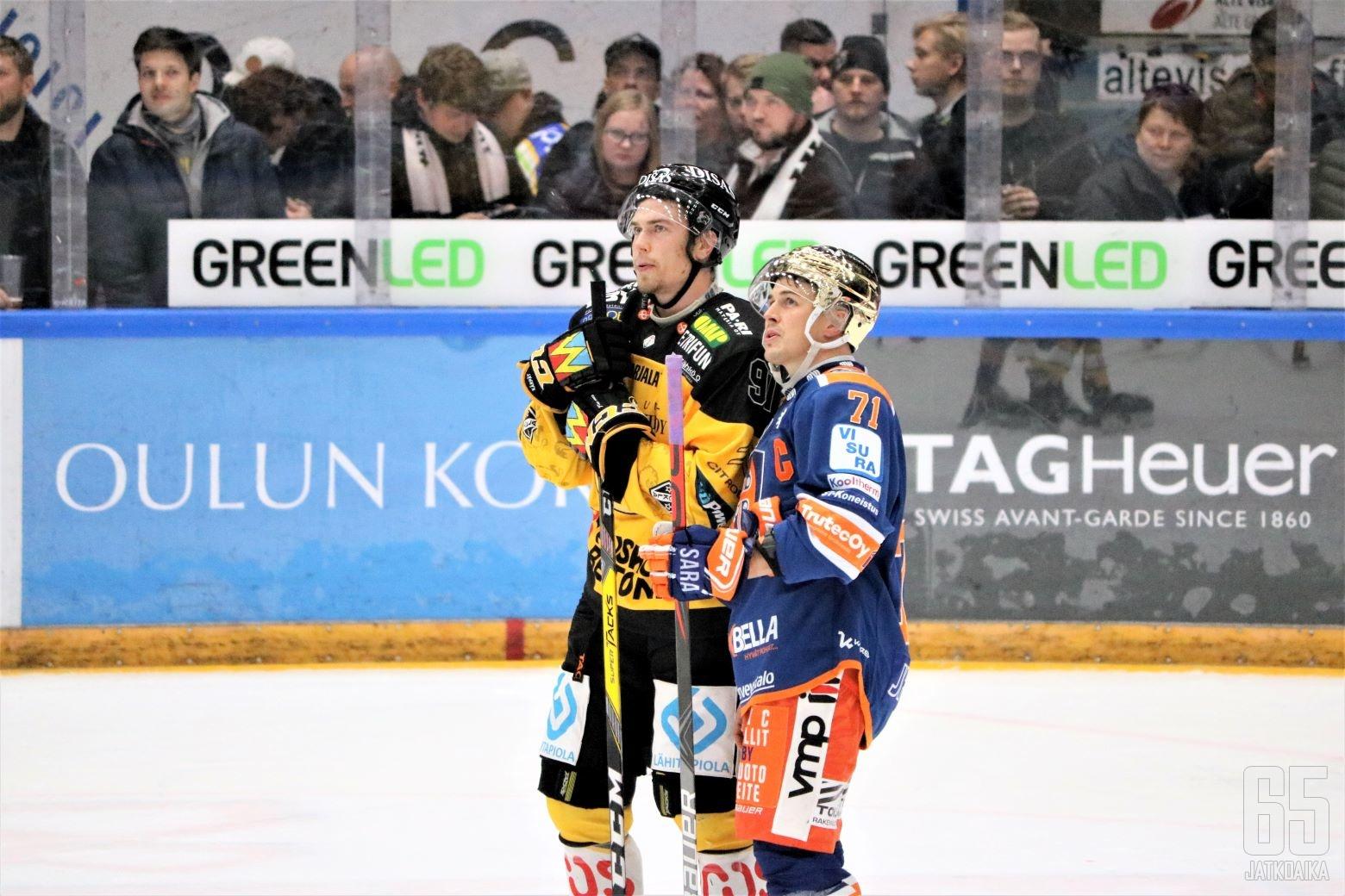 Juho Lammikko ja Kristian Kuusela seurasivat tuomariston päätöstä taklauksesta.