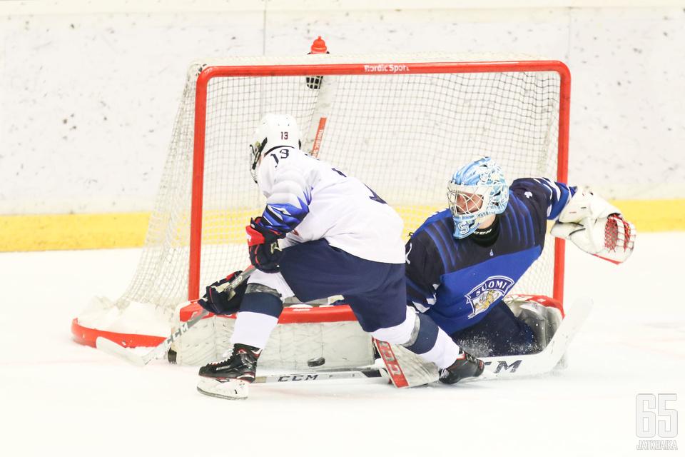 Maalivahti Roope Taponen oli yksi Suomen parhaista poikien MM-turnauksessa.