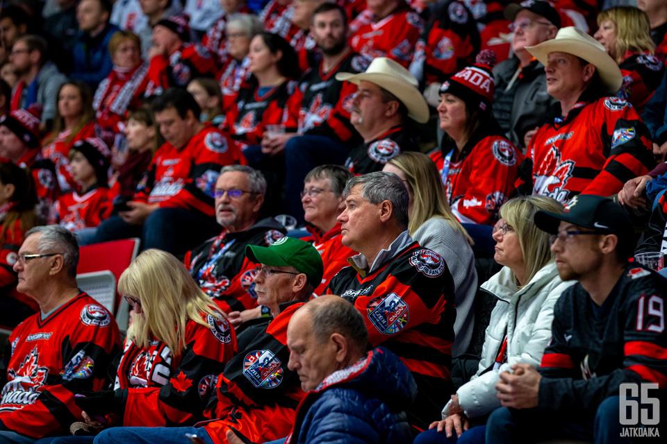Kanadan fanit lämmittelivät päivällä Třinecissä turhaan illan ottelua varten.