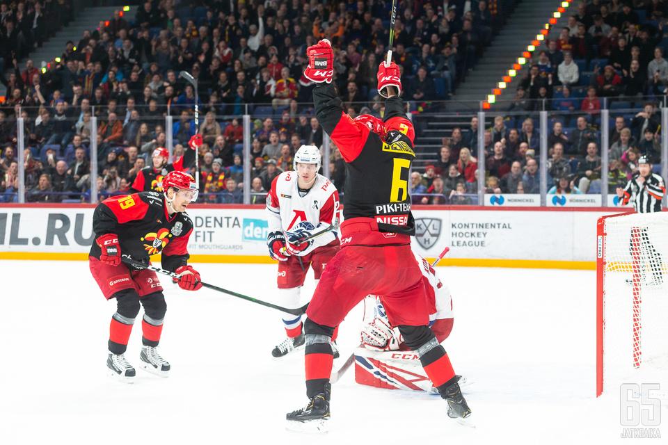 Joensuu sai tiistainakin tuulettaa Lokomotivin maalin edessä.