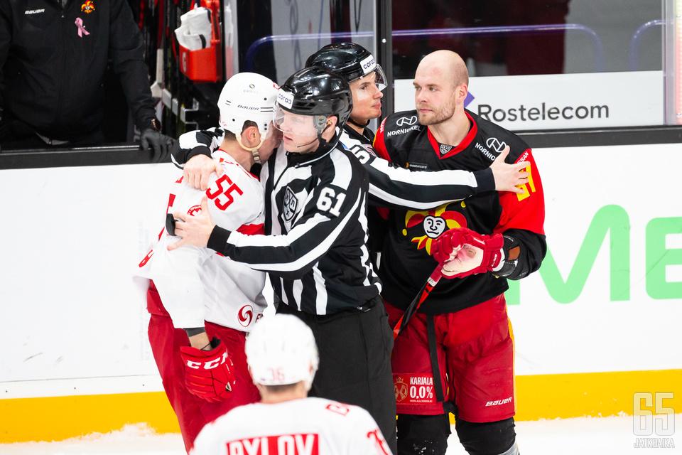 Iiro Pakarinen paini tiistaina kolmannessa erässä Moskovan Spartakin Dmitri Višnevskin kanssa.