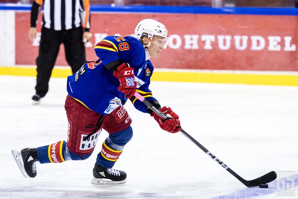 Puolustaja Emil Leppänen nähdään myös ensi kaudella Kiekko-Vantaassa.