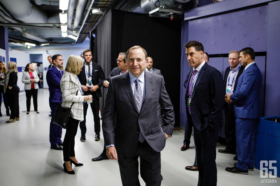 Gary Bettman asteli median eteen kertomaan Euroopan NHL-otteluiden tulevaisuudesta.