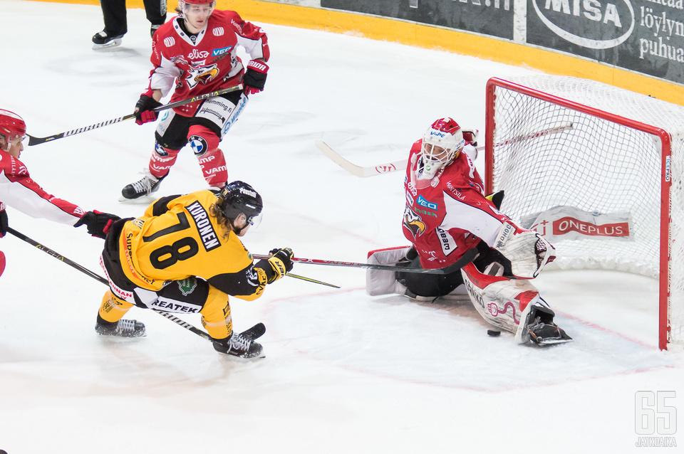Mika Järvinen voitti illan maalivahtien taistelun.