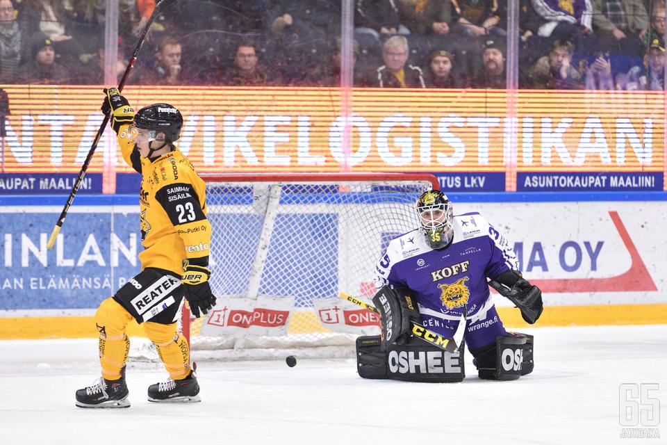 Emil Oksanen upotti rangaistuslaukauksen Antti Lehtosen selän taakse.