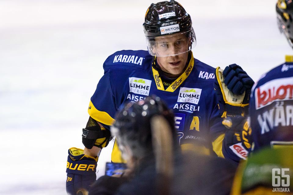 Asplund tuulettaa ensi kaudella Sportin paidassa.