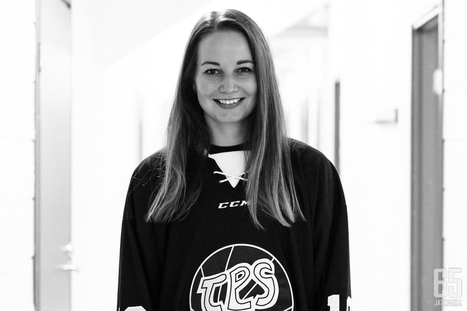 Susanna Tapani sovitti TPS:n paitaa päälleen.