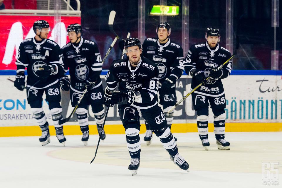 TPS:n Oula Palve sai tuuletella joukkuekavereidensa kanssa.