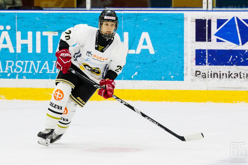 Lähes koko uransa Kärpissä kiekkoillut Saija Tarkki päättää uransa lauantaina.