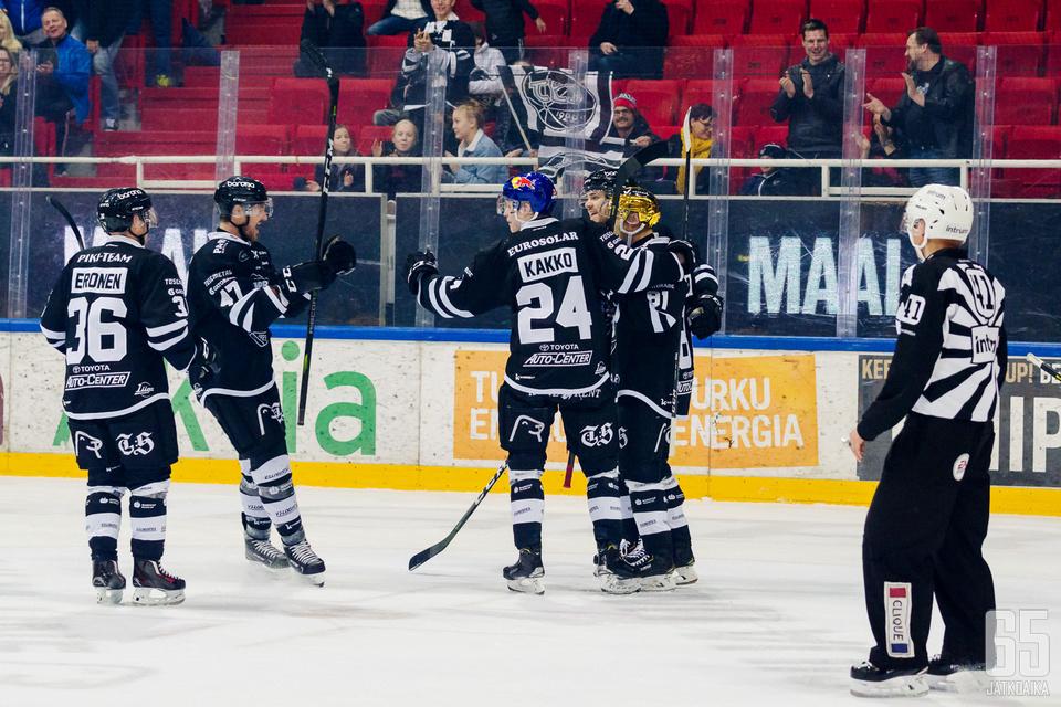 TPS:n ykkösnyrkki oli perjantai-iltana pelipäällä. 17-vuotias superlupaus Kaapo Kakko sai kunnian tuulettaa voittomaalia.