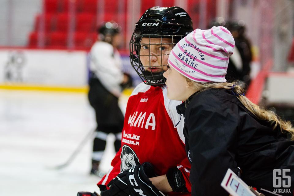 Puolikuntoisena harjoituksissa viilettävä Maija Otamo (punainen paita) uskoo TPS:n mahdollisuuksiin alemmassa jatkosarjassa.