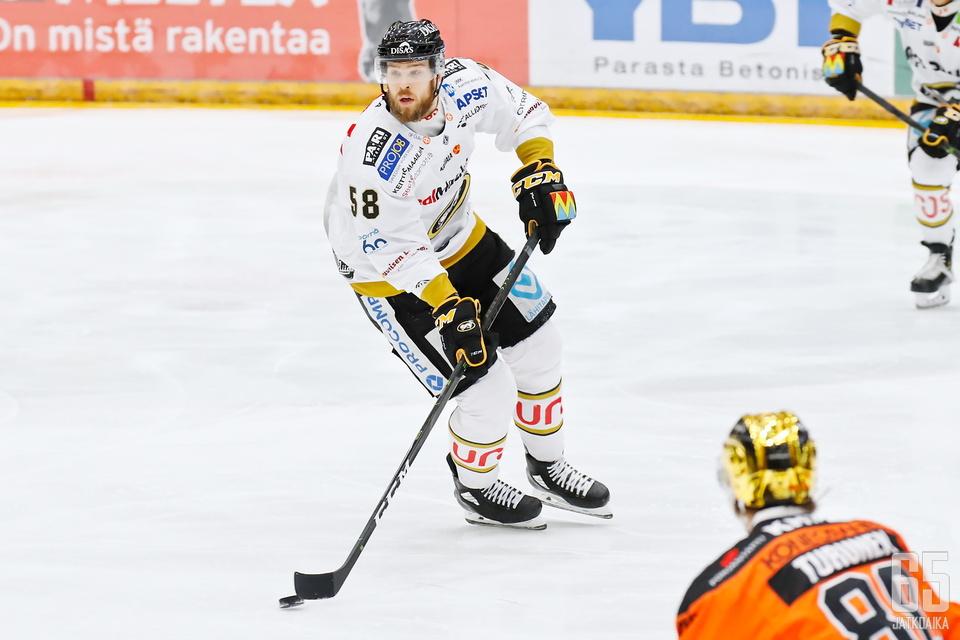 Peruspakista Oulussa kasvanut Hakanpää nousi Kärpissä Liigan tähtipuolustajaksi.
