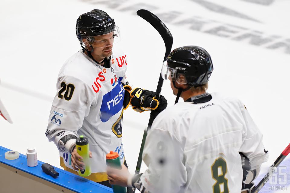 Janne Pesonen(vas.) on tottunut menestymään Oulussa. Pesonen lähtee metsästämään viidettä suomen mestaruuttaan ensi kaudella.