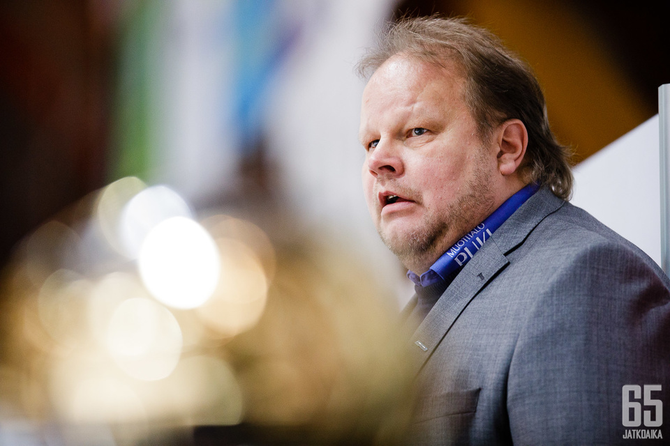 Pasi Räsänen on erittäin värikäs valmentaja, jota kannattaa peleissä seurata pelaajien ohella.