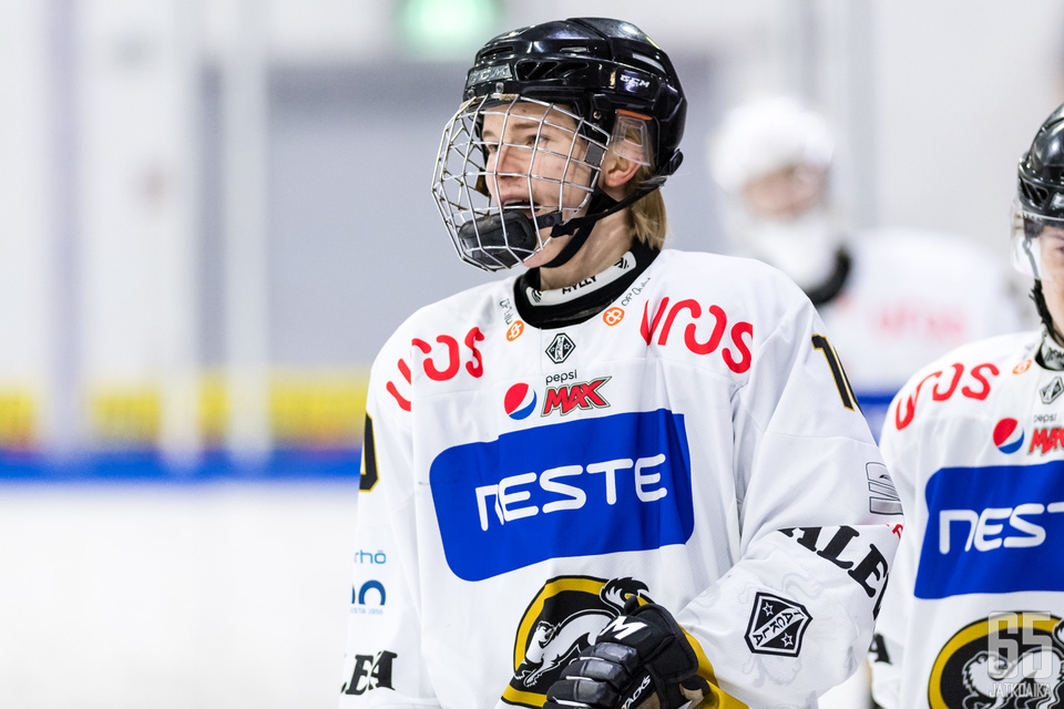 Tuukka Tieksola palkittiin kuluneella kaudella Nuorten SM-liigan vuoden tulokkaana.