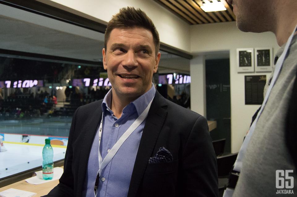 Liigan toimitusjohtaja Riku Kallioniemi myhäili tyytyväisenä ottelun tiimellyksessä.