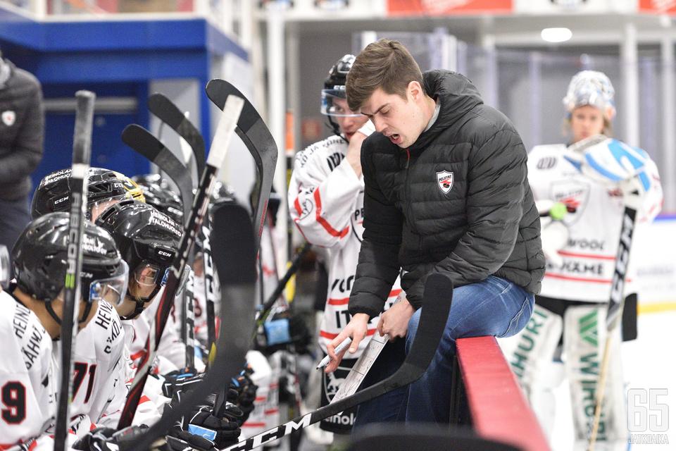 Vesa Petäjän Peliitat koostuu nuorista ja nälkäisistä urallaan eteenpäin pyrkivistä pelaajista.