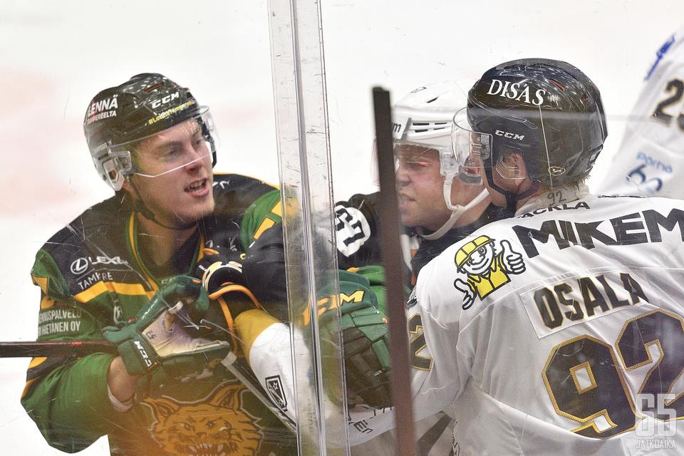 Kärppien Oskar Osala sai välittömän palautteen taklauksestaan Ilveksen Jarkko Parikalta.
