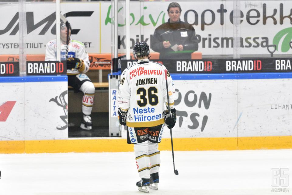 Jäähyaition sijasta Jussi Jokinen seuraa ottelua katsomosta.